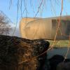 由Bargone Associati设计的湖滨剧院看起来像一块巨大的岩石