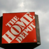 由于可以全天候定购购物者涌向Lowe's和Home Depot