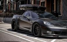 C6 Corvette配备LOMA GT2宽体套件和Thule车顶箱